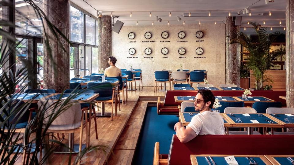 候车大厅内的酒吧餐厅,布达佩斯 / 81font 新旧材料共同打造一个优雅而充满趣味和活力的餐厅