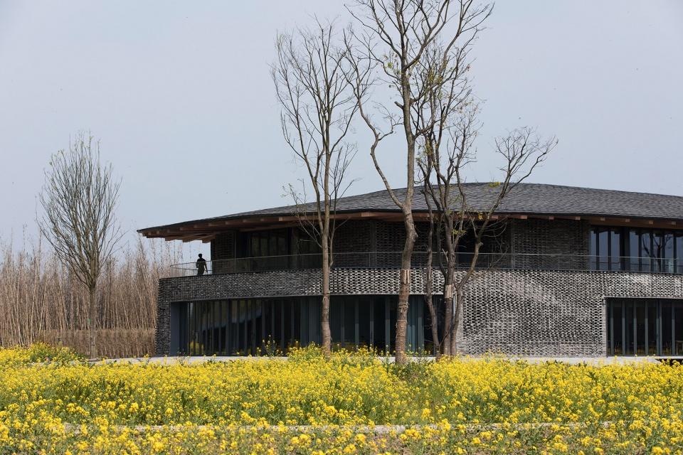 """四川安仁OCT""""水西东""""林盘文化交流中心 / 上海创盟国际建筑设计有限公司 融入林盘景观,探索建筑文化性与建造性的共存"""