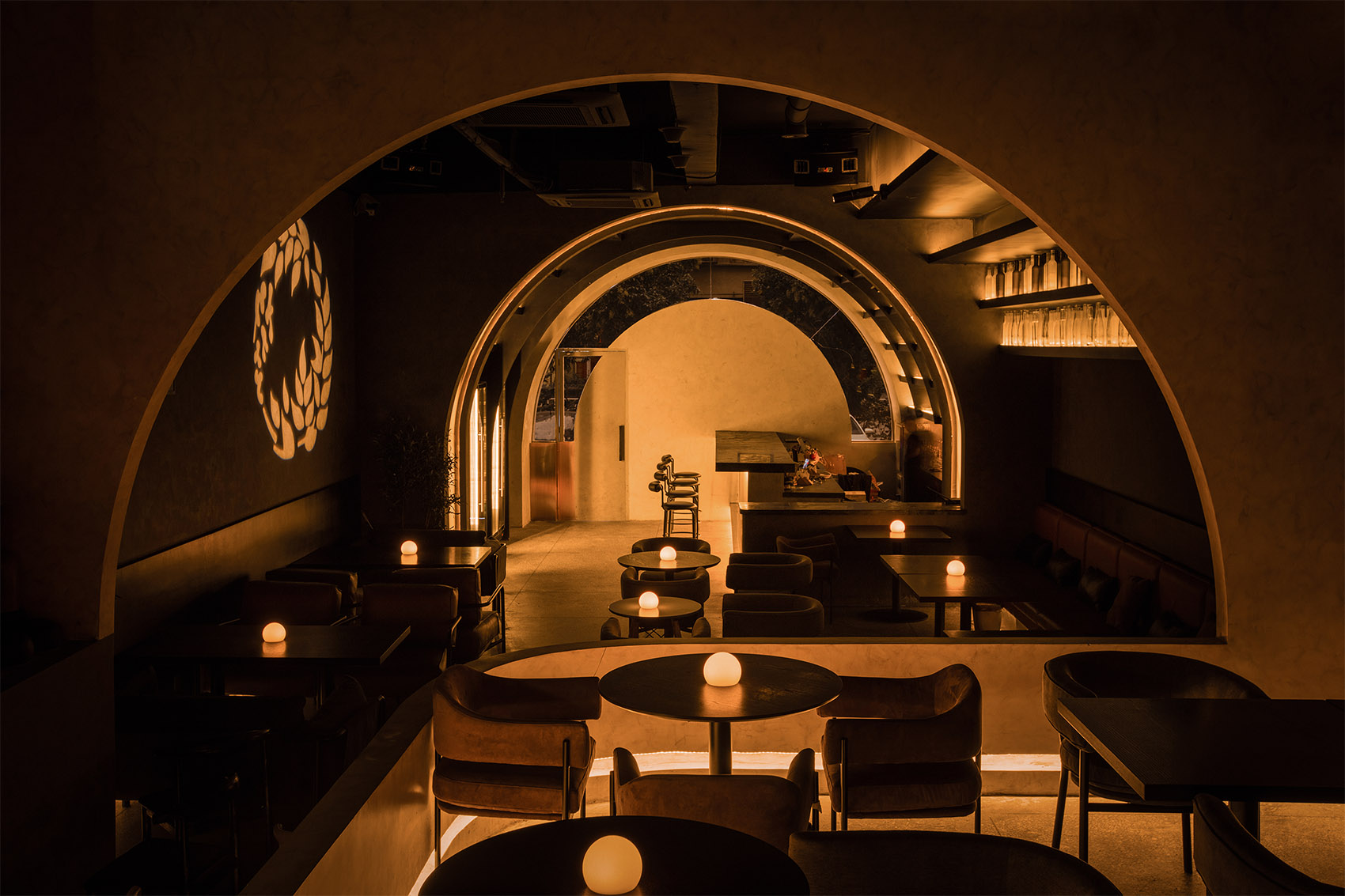 Vine藤蔓酒吧 / 视线穿越层层圆拱