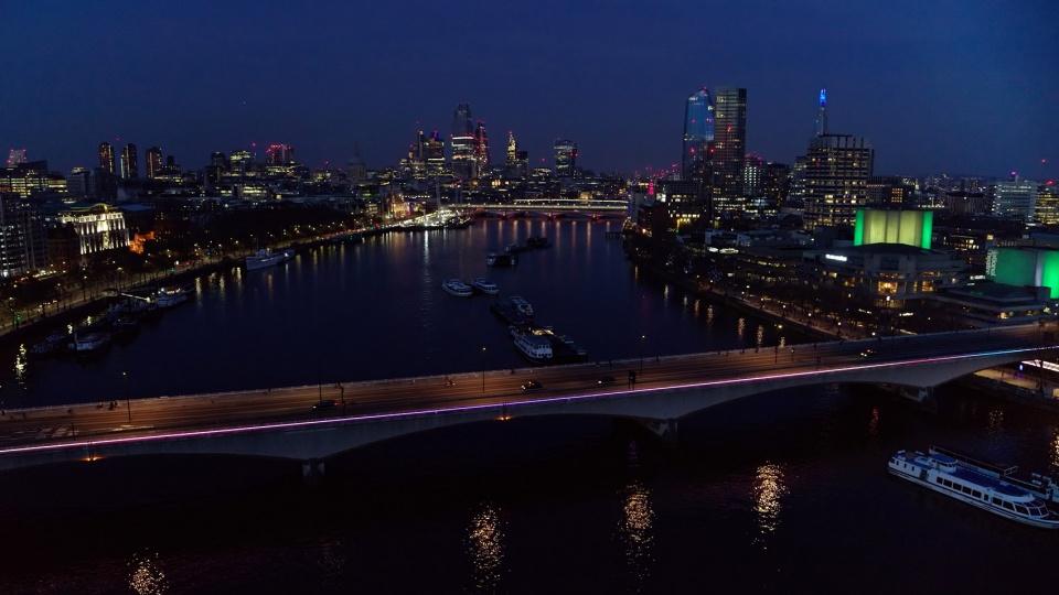 """世界最长的公共艺术灯光装置作品""""光河""""亮相英国伦敦"""